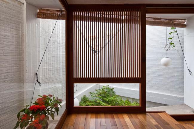 Các không gian trong nhà được bố trí gọn gàng, sử dụng chủ yếu chất liệu gỗ, mang đến vẻ đẹp hiện đại, tinh tế.