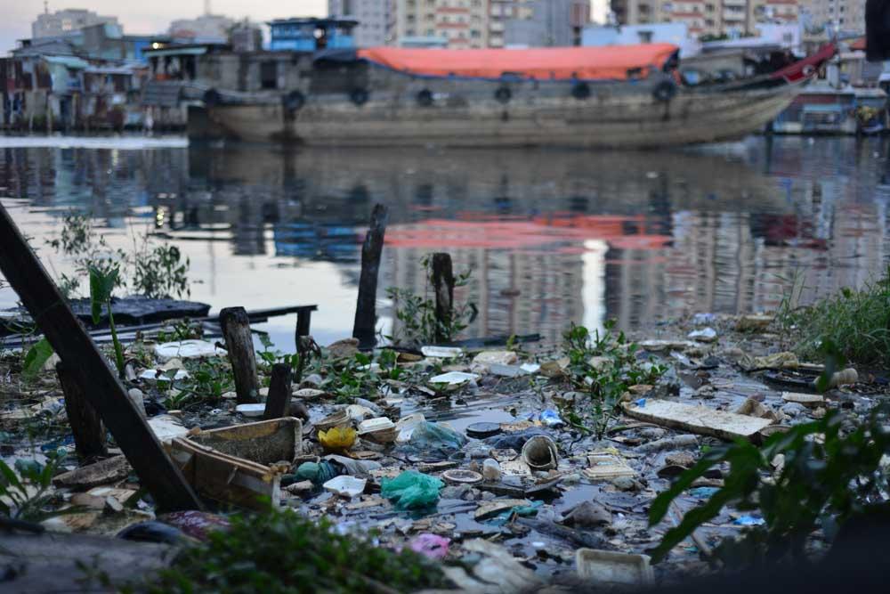 Xung quanh ngập ngụa rác thải, người dân sống trong môi trường ô nhiễm nghiêm trọng.