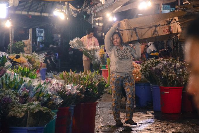 Sau khi nhận hoa, các sạp sẽ sắp xếp, cắt tỉa và bó lại để chuẩn bị cho khách đến mua. Quy trình cứ như vậy lặp đi lặp lại mỗi ngày, chưa bao giờ nghỉ.