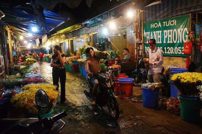 Ở khu chợ 30 năm tuổi này, phụ nữ đảm nhiệm công việc sắp xếp, cắt tỉa hay bó hoa, còn đàn ông có vai trò là người vận chuyển, khuân vác.