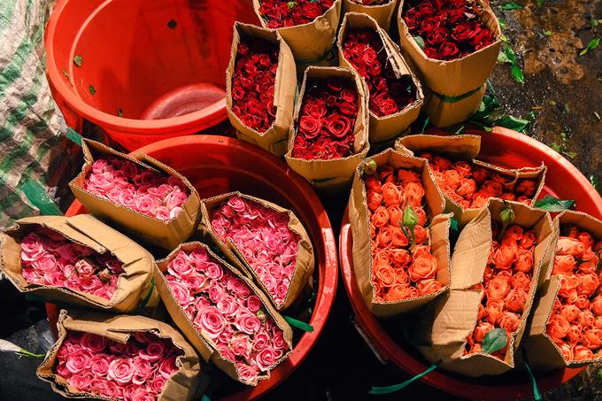 Bán ở chợ đầu mối nên các loại hoa rất đa dạng như hồng, lan, sen, đồng tiền, cúc, huệ, hướng dương... Thương lái có thể mua sỉ hoặc lẻ với giá cả phải chăng. Du khách đến tham quan cũng có thể mua theo bó hoặc từng cây tùy nhu cầu.