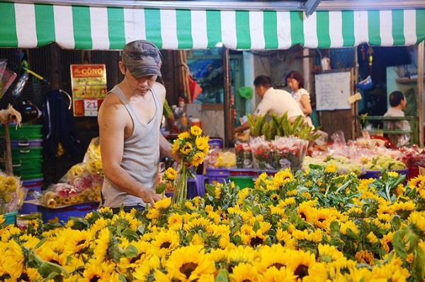 """Khu chợ hơn 30 năm nép mình trong những con hẻm nhỏ bao quanh chung cư Lê Hồng Phong, quận 10. Đây là nơi cung cấp sỉ lẻ các loại hoa lớn nhất ở thành phố. Điều khiến nơi này hấp dẫn nhiều du khách là chợ """"không bao giờ ngủ""""."""
