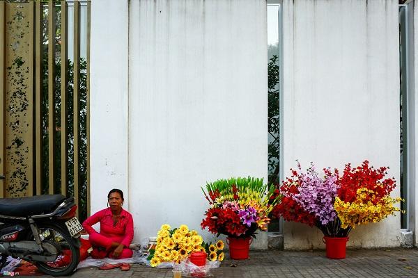 Tại đường Điện Biên Phủ (quận 1) các điểm bán hoa cùng vật phẩm trang trí Tết cũng dần xuất hiện. Trong ảnh, bà Võ Thị Ngọc Bích đã bán hoa giả tại đây từ nhiều ngày nay và cho biết năm nào cũng bán đến sát Tết.