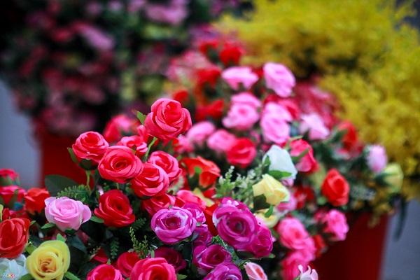 Hầu hết hoa được bà Bích tự làm nên mang kiểu dáng lạ mắt và khá hút khách. Giá một bó hoa lan dao động 40.000-50.000 đồng, hoa hồng có giá 70.000-80.000 đồng/bó.