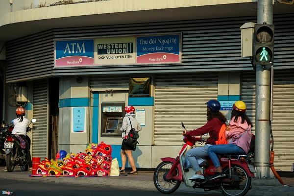 Dụng cụ múa lân cũng là mặt hàng chơi Tết giá rẻ được bày bán phổ biến trên đường phố Sài Gòn. Tại ngã tư Phú Nhuận, những hàng bán đồ múa lân đặt ngay trên vỉa hè.