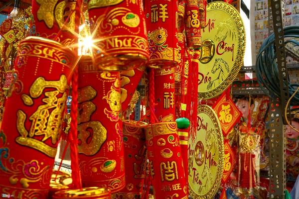 Các chủng loại hàng hoá hút khách tại đây vẫn tập trung với đồng tiền may mắn, pháo trang trí, bao lì xì, giấy dán tường... những mặt hàng trang trí vốn không thể thiếu trong dịp Tết.