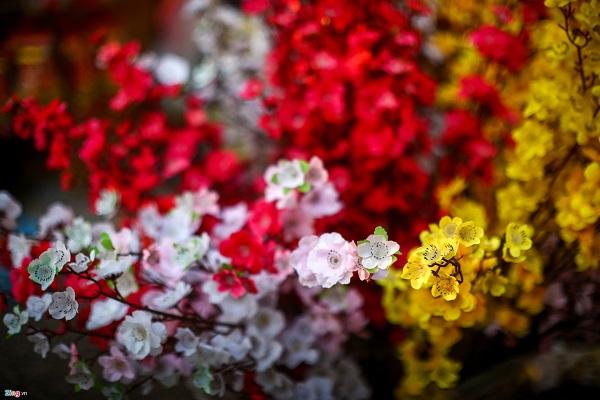 Những cành đào, mai làm bằng vải cũng là mặt hàng hút khách với mức giá 25.000 đồng mỗi cành. Qua nhiều năm cải tiến, hoa đào, mai làm bằng vải ngày càng đa dạng, nhìn xa không khác hoa thật.