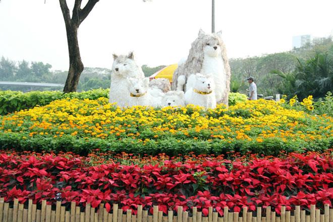"""Hình ảnh linh vật của năm Mậu Tuất được dựng tại khu vực cổng của hội hoa xuân ở """"khu nhà giàu"""""""