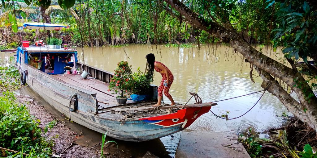Nhiều gia đình vẫn sống trên ghe, họ chỉ lên bờ mua các vật dụng cần thiết. Ngắm nhìn cảnh sống gần gũi với thiên nhiên, sông nước của người dân nơi đây, bạn sẽ hiểu từ đâu mà người miền Tây có tính cách đơn giản, phóng khoáng và rộng lượng. Ít nề hà kiểu cách hay tích trữ lo xa, họ sống giản đơn và rất người.