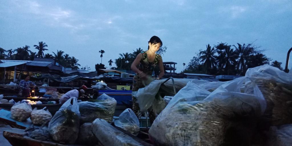 Rời Măng Thít, đoàn của tác giả ghé về nghỉ đêm ở Phong Điền và sẵn sàng tham quan chợ nổi vào sáng hôm sau. Trước đây, khi chưa có hệ thống cầu - đường, Phong Điền sáng nào cũng tấp nập cảnh kẻ bán người mua. Ngày nay, Phong Điền chỉ còn vài chục ghe hàng nhỏ vào ngày thường.