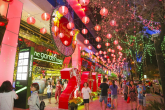 Dịp Tết này, khu trung tâm thương mại The Garden Mall, quận 5, TP HCM được trang hoàng rực rỡ sắc xuân, dù là buổi nắng sớm hay khi thành phố lên đèn.