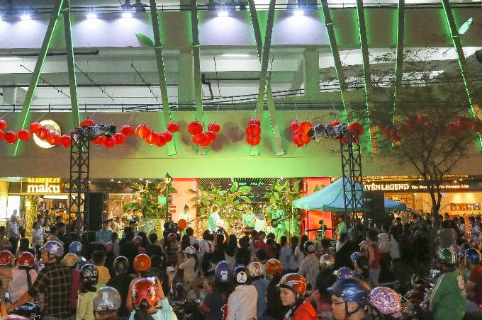 Weekendshow sôi động được tổ chức vào cuối tuần trên sân khấu mở với sự góp mặt của các ngôi sao nổi tiếng và ban nhạc trẻ. Sự kiện thu hút đông đảo khán giả trẻ hưởng ứng, lan tỏa mạnh mẽ đến nhiều người dân trên đường phố.