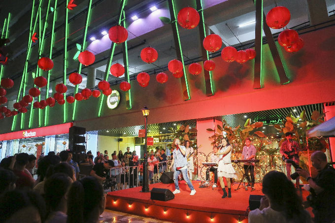 Không gian rộng mở với màn hình lớn (kích thước hơn 140 m2) ngay quảng trường Thuận Kiều là nơi thu hút đông đảo những tâm hồn năng động, đầy ắp năng lượng tìm đến. Giới trẻ có thể hòa mình vào âm nhạc hay tận hưởng các hoạt động văn hóa, giải trí ngoài trời đáng nhớ.