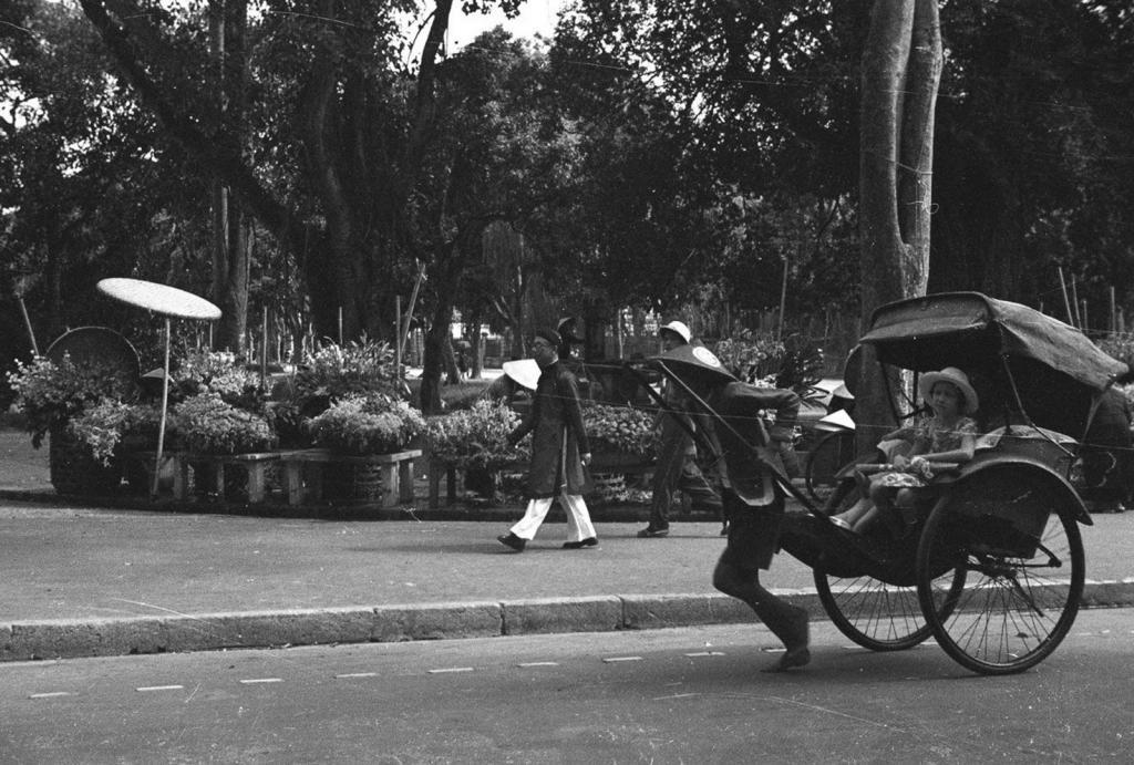 Sau khi Việt Nam giành được độc lập vào năm 1945, xe kéo tay đã bị chính phủ Việt Nam Dân chủ Cộng hòa cấm sử dụng và nhanh chóng biến mất khỏi đời sống. Ảnh: Xe kéo tay ở Hà Nội năm 1940. Ảnh: Harrison Forman.