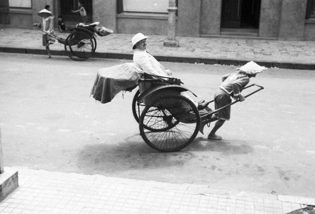 Năm 1884, một nhà thầu Pháp cho sản xuất khoảng 50 chiếc xe kéo cung cấp cho cả miền Bắc. Từ đây, chiếc xe kéo dần dần trở nên quen thuộc tại Hà Nội. Sau đó, một hãng cho thuê xe kéo được thành lập. Ảnh: Xe kéo tay ở Hà Nội năm 1940. Ảnh: Harrison Forman. Ảnh tư liệu.