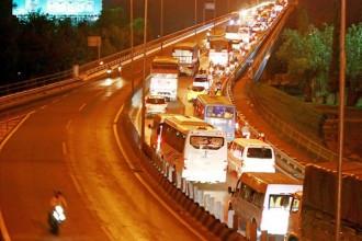 Các hàng xe nối dài chờ qua cầu Mỹ Thuận để về TP.HCM. (Ảnh: Dương Thu)