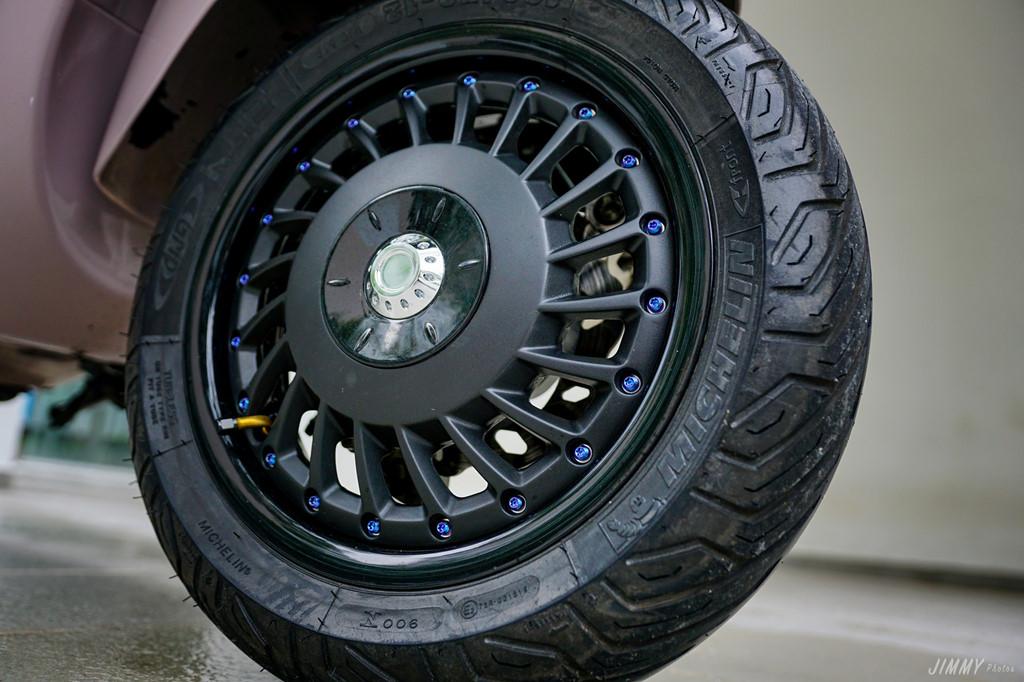 Bộ vành trước được sơn đen tĩnh điện, kết hợp cùng dàn ốc titan rất đắt tiền. Xe cũng được trang bị lốp Michelin để tăng độ bám đường.