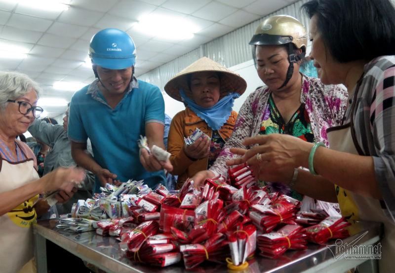 Ngoài những món hàng như nước mắm, dầu ăn, mì gói; dầu gội đầu cũng được các công nhân ưa chuộng. Mỗi bó (6 bịch) có giá chỉ 2 ngàn đồng.