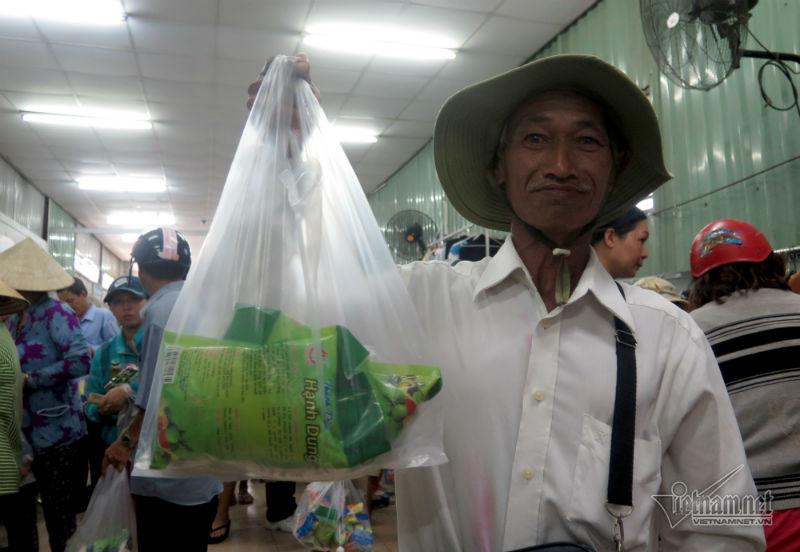 """""""Chú làm nghề bán vé số dạo, vào phiên chợ này thấy vui lắm. Có hai mươi ngàn mà mua được nhiều đồ quá"""" – ông Hoàng Xuân Đông, 76 tuổi quê Bình Định vui vẻ nói."""