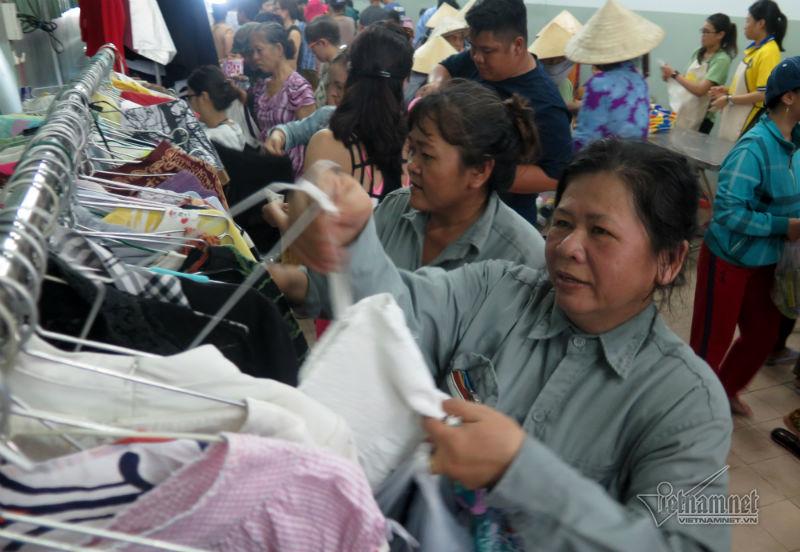 Các nữ công nhân Khu chế xuất Tân Thuận đang lựa quần áo cho mình và người thân
