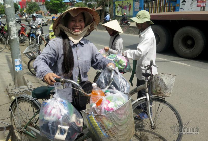 Ông Trần Trọng Thức, Chủ nhiệm quán cơm Nụ cười 3 cho biết, phiên chợ Tết cho người nghèo diễn ra hàng năm nhằm giúp đỡ những người có hoàn cảnh khó khăn. Những mặt hàng như nước mắm, dầu ăn, mì gói được rất nhiều người ưa chuộng.