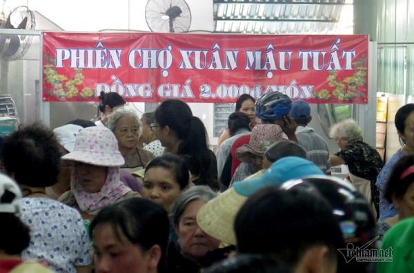 Người lao động nghèo tại TP.HCM tập trung mua hàng tại phiên chợ chỉ với giá 2.000 đồng