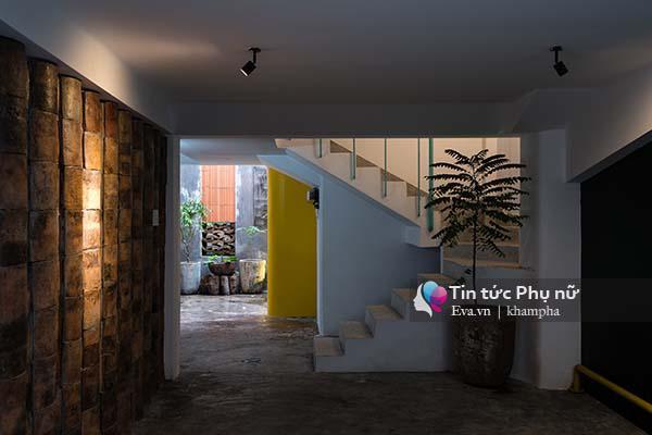 Ngôi nhà được thiết kế pha trộn giữa hiện đại và truyền thống với nhiều không gian riêng.