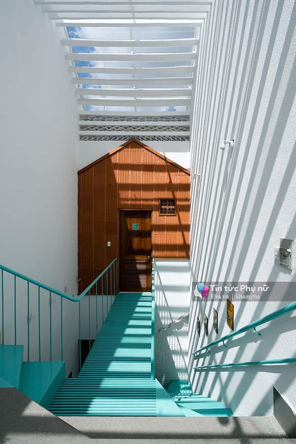 Các khoảng không gian riêng biệt được kết nối với nhau bằng chiếc cầu thang tạo thành điểm nhấn nổi bật