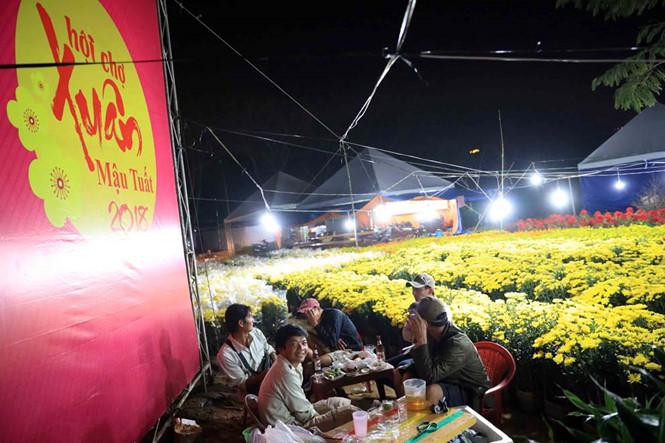 Trắng đêm canh hoa tết ở chợ hoa xuân khu dân cư Trung Sơn, H. Bình Chánh, TP.HCM. ẢNH: ĐỨC ANH