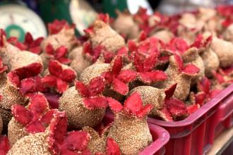Bánh tài lộc cũng được nhiều người chọn mua cúng ông Táo. Ảnh: Mr. True