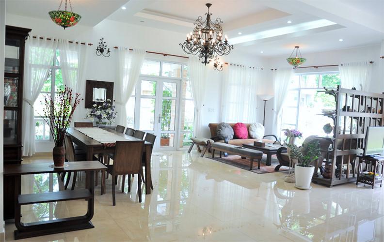 Trái ngược với vẻ ngoài mộc mạc, bên trong căn nhà là nội thất hiện đại, mang phong cách đồng quê châu Âu.