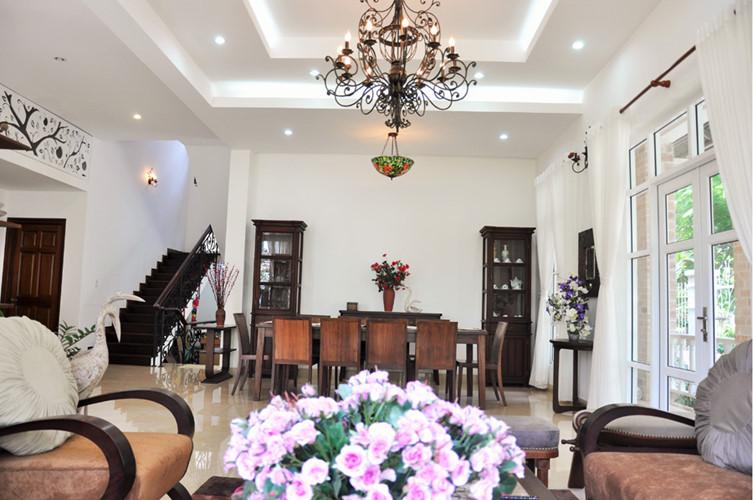 Gam màu trắng làm nền cho các món đồ nội thất gỗ tỏa sáng.