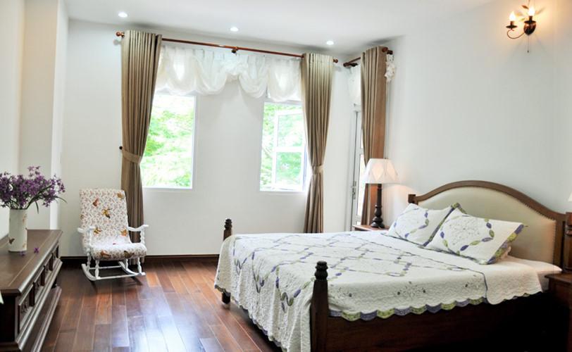 Phòng ngủ sử dụng các họa tiết mang đậm phong cách bán cổ điển.