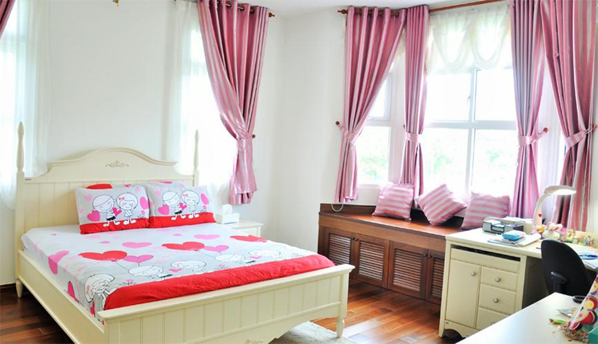 Phòng ngủ của bé sử dụng màu sắc, họa tiết rực rỡ, tinh nghịch.