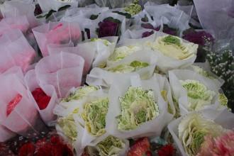 """Hoa hồng sa mạc, hay còn có tên gọi khác dân dã hơn là """"hoa bắp cải"""", hiện đang là loại hoa được nhiều cặp đôi lựa chọn cho dịp lễ Tình nhân 2018 tại Sài Gòn ẢNH: LƯU TRÂN"""