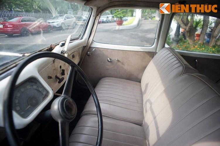 """Bên trong chiếc xe được ví như """"Nữ Hoàng Thiên Nga"""" này, nó được thiết kế khá đơn giản nhưng lại được xem là tiện nghi bậc nhất vào thời điểm đó với hai hàng ghế bằng da màu sáng thiết kế liền. Vô lăng 2 chấu cỡ lớn, đồng hồ công tơ mét dạng kim, cửa mở dạng xoay vặn bằng tay..."""