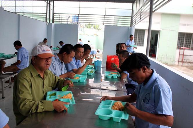 Bữa ăn tập thể tại khu trại