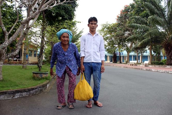Một trại viên được bà nội đến đón về quê ăn tết