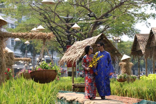 Khung cảnh làng quê yên bình tại Hội Hoa xuân Phú Mỹ Hưng (Ảnh: Eva)