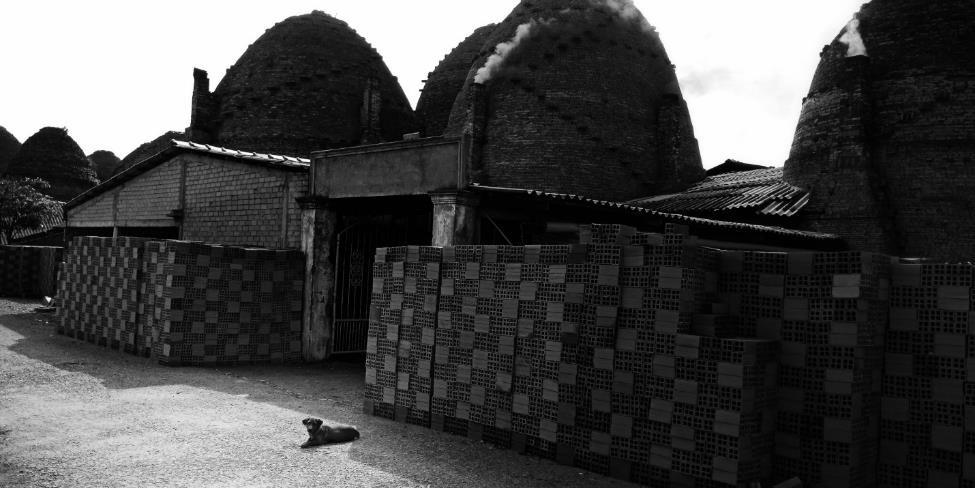 Rời Sa Đéc, tác giả tiếp tục hành trình tới chợ nổi Phong Điền (Cần Thơ). Trên đường đi, một thành viên trong đoàn bày tỏ ý định ghé thăm làng gạch Măng Thít. Nơi đây từng là một làng nghề sung túc, nhưng giờ đây việc sản xuất gạch ngày một ít đi do phải cạnh tranh với các nhà máy gạch hiện đại, sử dụng công nghệ cao, không bị ô nhiễm.