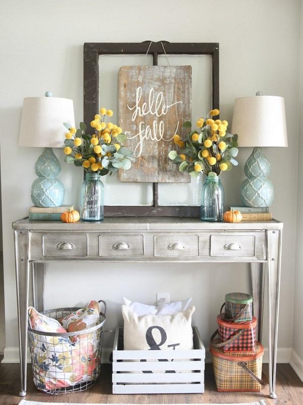 Một chiếc bàn cũ kỹ đặt ngay lối vào sẽ biến không gian mang sắc màu Vintage. Chỉ cần thêm một chút khéo léo, sắp xếp đồ đạc gọn gàng và thêm bình hoa vàng đẹp dịu dàng là đủ để không gian ngay cạnh cửa chính đẹp bừng sáng đón chờ năm mới.