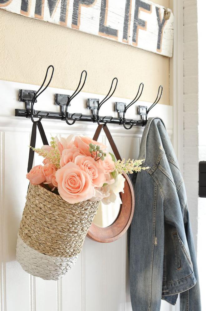 Mọi đồ đạc, vật dụng vẫn sắp xếp như thường ngày, chỉ khác một chút là treo giỏ hoa bên cạnh, đơn giản và màu sắc nhẹ nhàng để góc nhỏ thêm tinh tế.