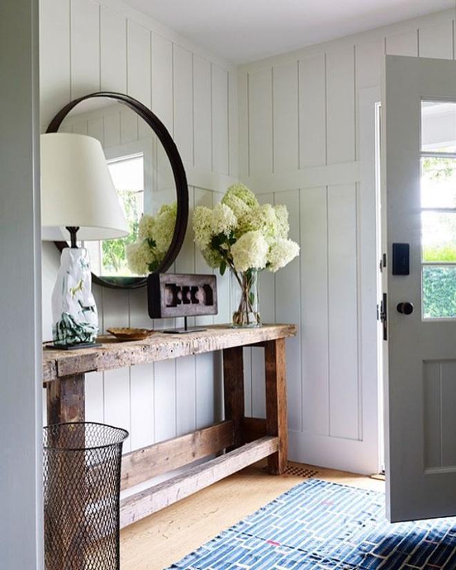 Không chỉ có hoa và sự sắp xếp gọn gàng, lối vào nhà đẹp cuốn hút hơn nhờ tấm thảm có màu sắc nổi bật so với màu nền.