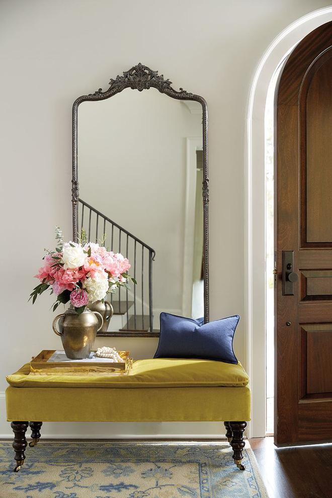 Đặt chiếc gối nhỏ xinh bên cạnh lọ hoa mới cắm, lối vào nhà như đẹp hơn, tinh tế và lạ mắt hơn nhờ ý tưởng thú vị này.