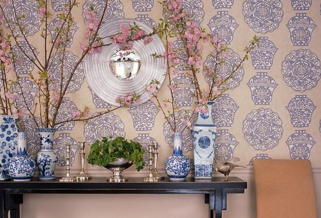 Bạn cũng có thể mua một vài cành hoa đào, cắm hoa vào những lọ có hoa văn truyền thống, thêm giấy dán tường tạo điểm nhấn cho lối vào đẹp nền nã đón Tết.