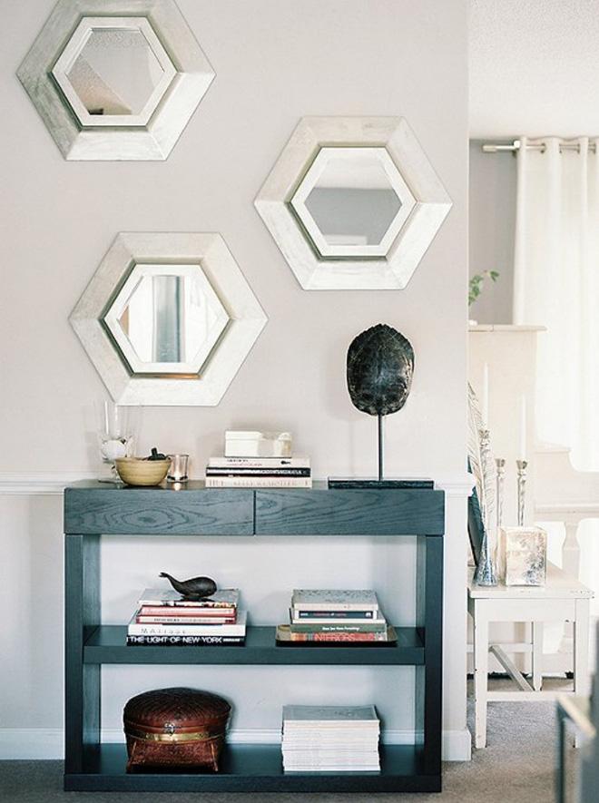 Treo vài chiếc gương trang trí gắn tường cạnh lối vào, năm mới là lúc để ngôi nhà của bạn thêm nhiều sự khác biệt và ấn tượng.