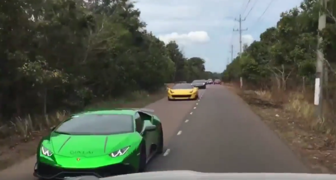 """Không những vậy, doanh nhân Nguyễn Quốc Cường còn đóng góp trong buổi """"hành quân"""" chiếc Lamborghini Huracan màu xanh lá mang biển số 51F-68888. Theo thông tin ban đầu, chiếc Huracan này được vị doanh nhân trẻ tuổi mua vào năm 2015 với màu nguyên bản là màu vàng."""