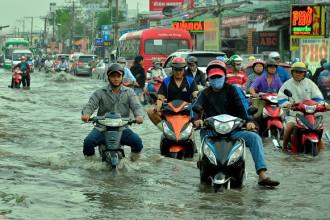 Sáng 2/2, triều cường dâng cao ở TP.HCM khiến nhiều tuyến đường như quốc lộ 1, quốc lộ 50 (huyện Bình Chánh), Lê Văn Lương (Nhà Bè) chìm trong nước.