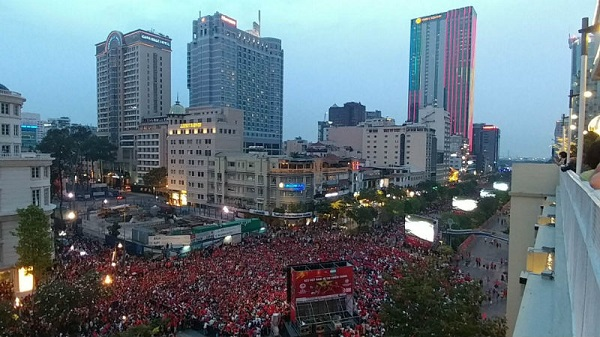 """Biển người """"nhuốm đỏ"""" trên phố đi bộ Nguyễn Huệ xem U23 Việt Nam đá chung kết chiều 27/1 vừa qua"""