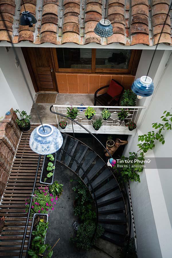 Ngôi nhà được bố trí với các khoảng giếng trời và cây xanh phù hợp đem lại nguồn sinh khí ngập tràn tự nhiên.
